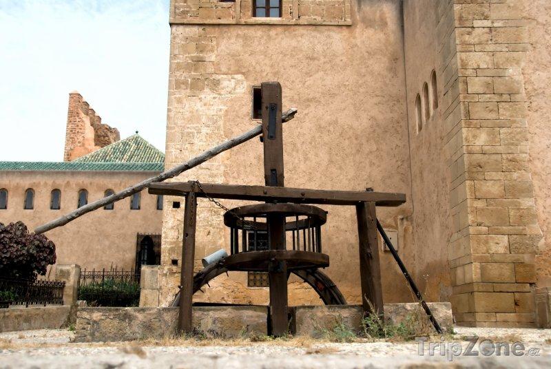 Fotka, Foto Starodávná pumpa v pevnosti Udayas (Rabat, Maroko)
