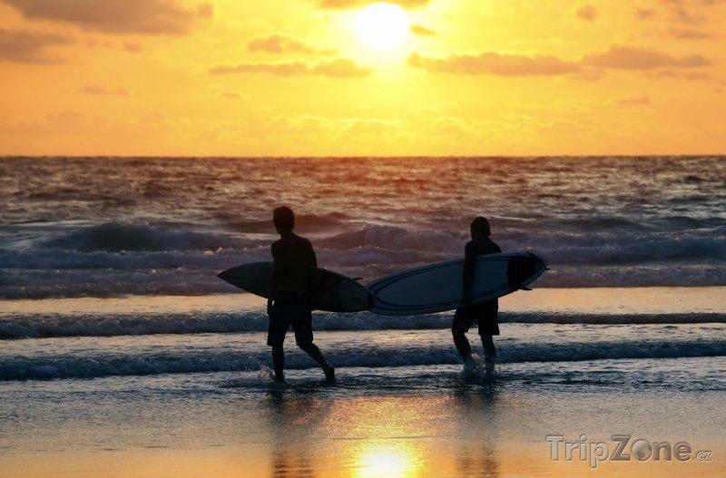 Fotka, Foto Surfaři v letovisku Kuta na Bali (Indonésie)