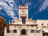 Věž s hodinami na hlavním náměstí