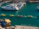Vodní skútry a jachty v přístavu