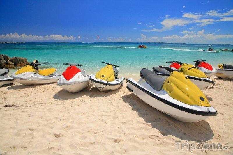Fotka, Foto Vodní skútry na pláži (Nassau, Bahamy)