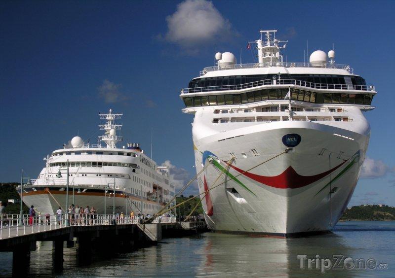 Fotka, Foto Výletní lodě v přístavu (Antigua a Barbuda)