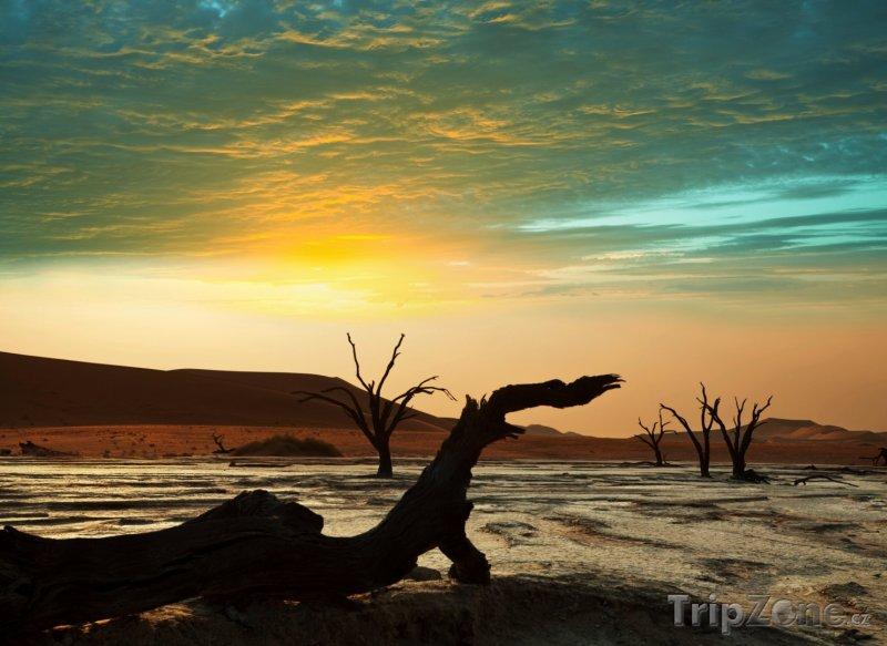 Fotka, Foto Západ slunce nad Deadvlei (Namibie)