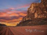 Západ slunce nad údolím Wadi Rum