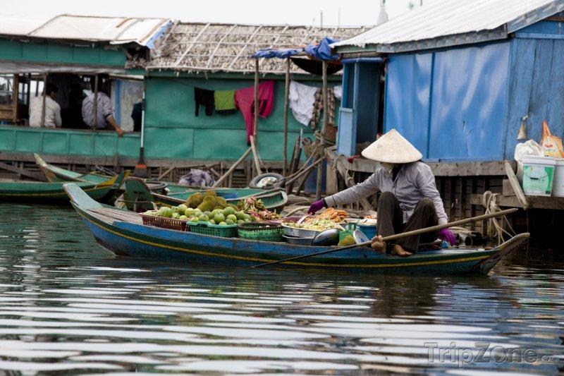 Fotka, Foto Žena prodává ovoce z loďky (Kambodža)