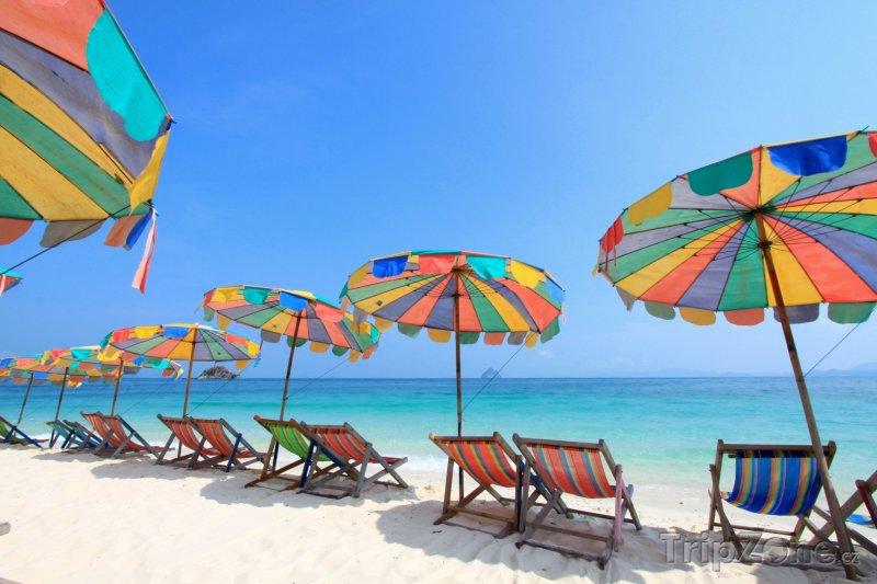 Fotka, Foto Barevné slunečníky a lehátka na pláži (Phuket, Thajsko)