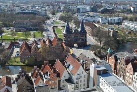 Brána Holstentor v Lübecku