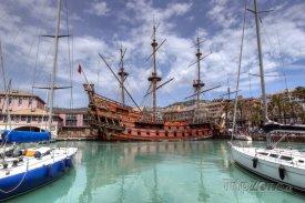 Historická loď v janovském přístavu