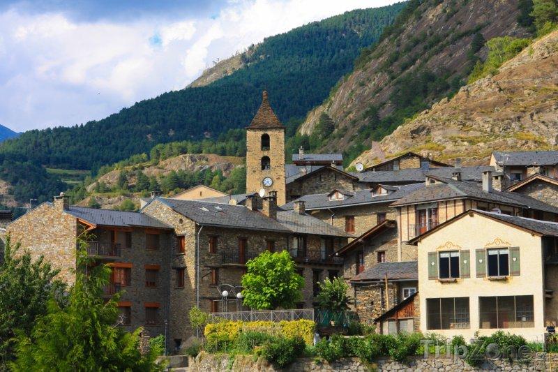 Fotka, Foto Kostel a domy ve vesničce Ordino (Andorra)
