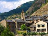 Kostel a domy ve vesničce Ordino