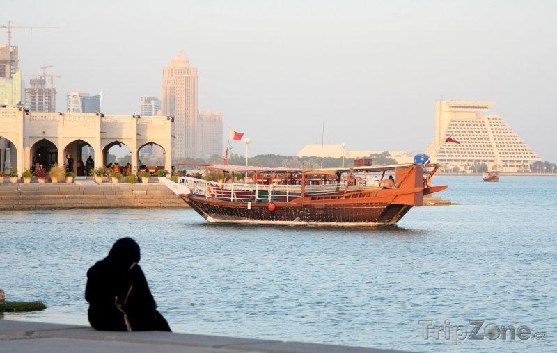 Fotka, Foto Loď mířící do přístavu v Dauhá (Katar)