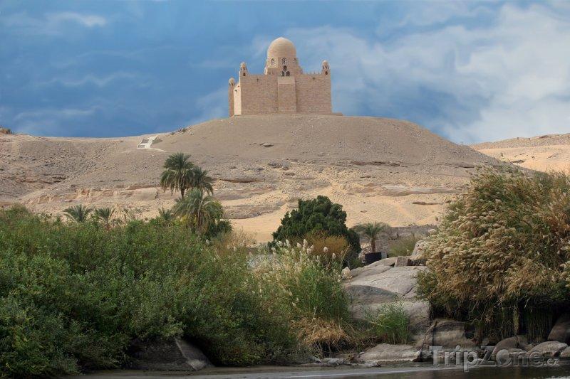 Fotka, Foto Mauzoleum Aga Khan nad městem (Asuán, Egypt)