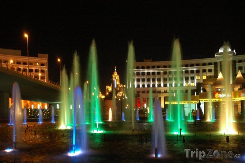 Fotka, Foto Osvětlené fontány v Astaně (Kazachstán)