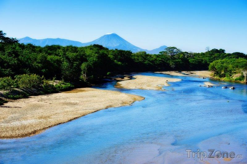 Fotka, Foto Řeka s vulkánem v pozadí (Nikaragua)