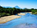 Řeka s vulkánem v pozadí