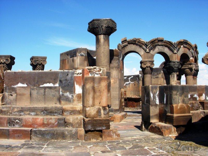 Fotka, Foto Ruiny katedrály ve městě Zvarthnoc (Arménie)