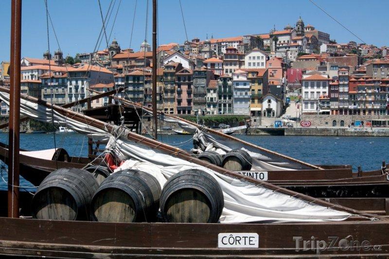 Fotka, Foto Sudy s vínem na lodi (Porto, Portugalsko)