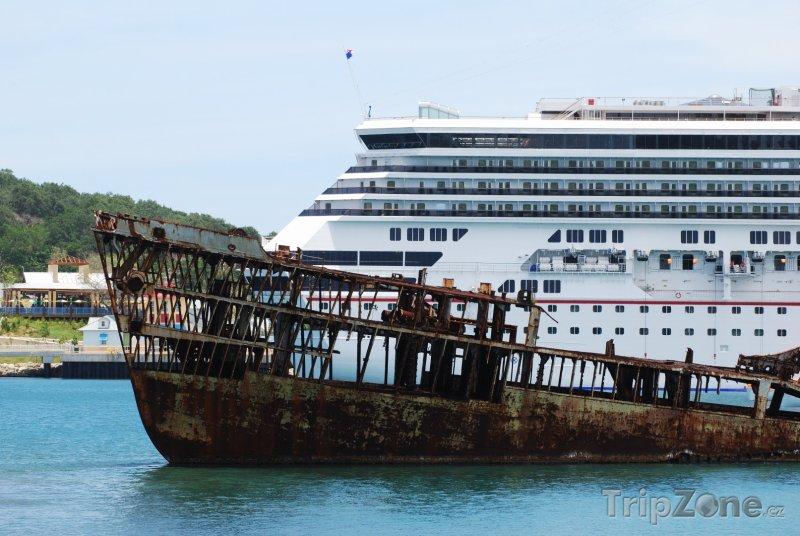 Fotka, Foto Výletní loď vedle vraku lodi (Honduras)