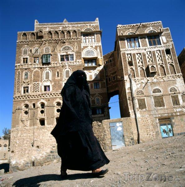 Fotka, Foto Zahalená muslimská žena ve městě Sanaa (Jemen)