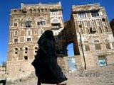 Zahalená muslimská žena ve městě Sanaa