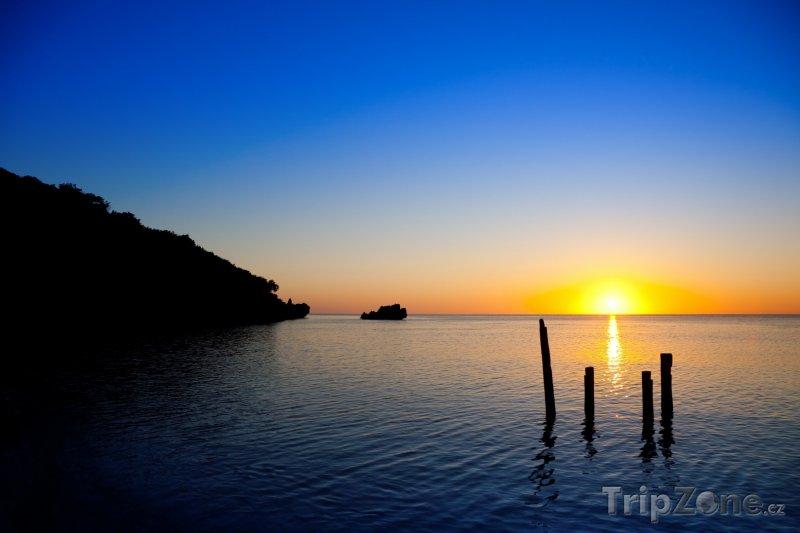 Fotka, Foto Západ slunce u ostrova Roatán (Honduras)