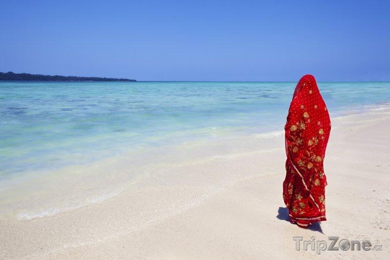 Fotka, Foto Andamanské ostrovy, žena na plážii (Indie)
