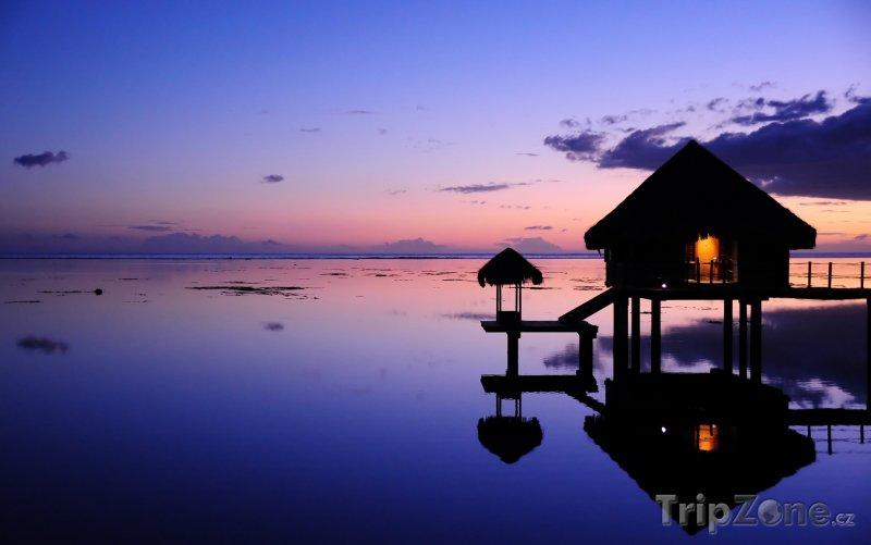 Fotka, Foto Bungalov v západu slunce (Francouzská Polynésie)