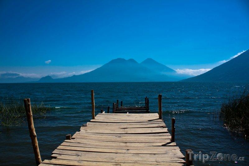 Fotka, Foto Dřevěná lávka u jezera Atitlán (Guatemala)