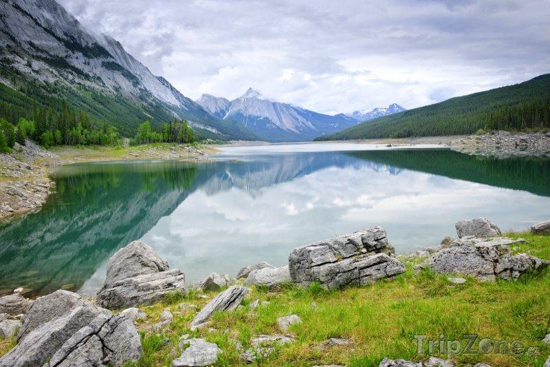 Fotka, Foto Jezero Medicine v národním parku Jasper (Kanada)