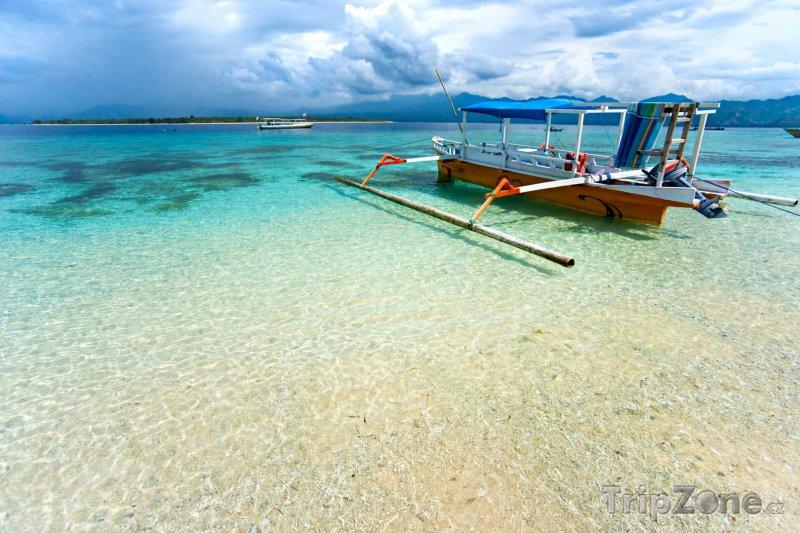 Fotka, Foto Loď na břehu ostrova Gili Meno (Indonésie)