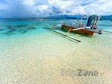 Loď na břehu ostrova Gili Meno