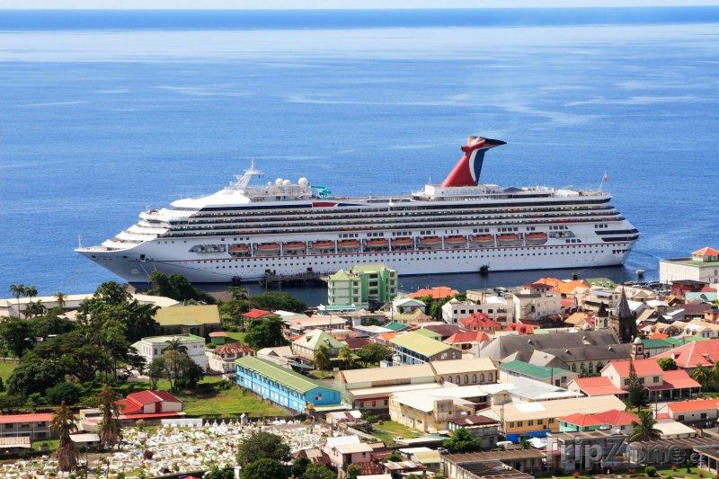 Fotka, Foto Loď v přístavu města Roseau (Dominika)