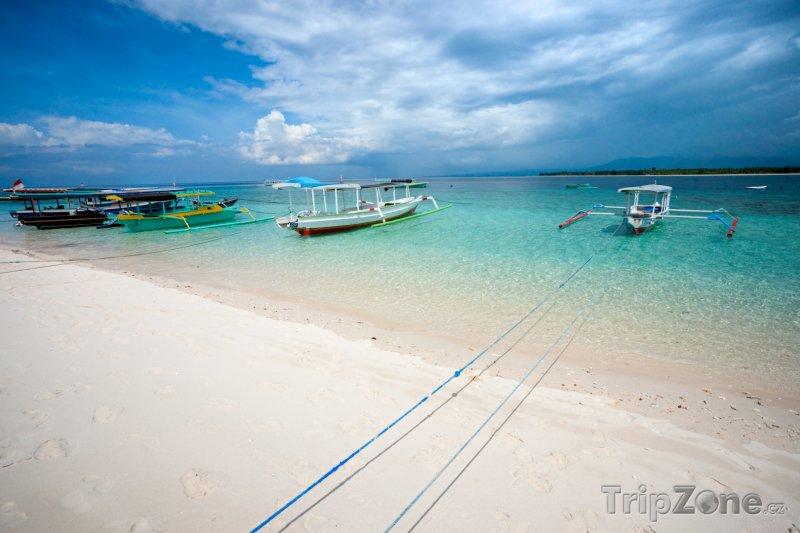 Fotka, Foto Lodě u pláže ostzrova Gili Meno (Indonésie)