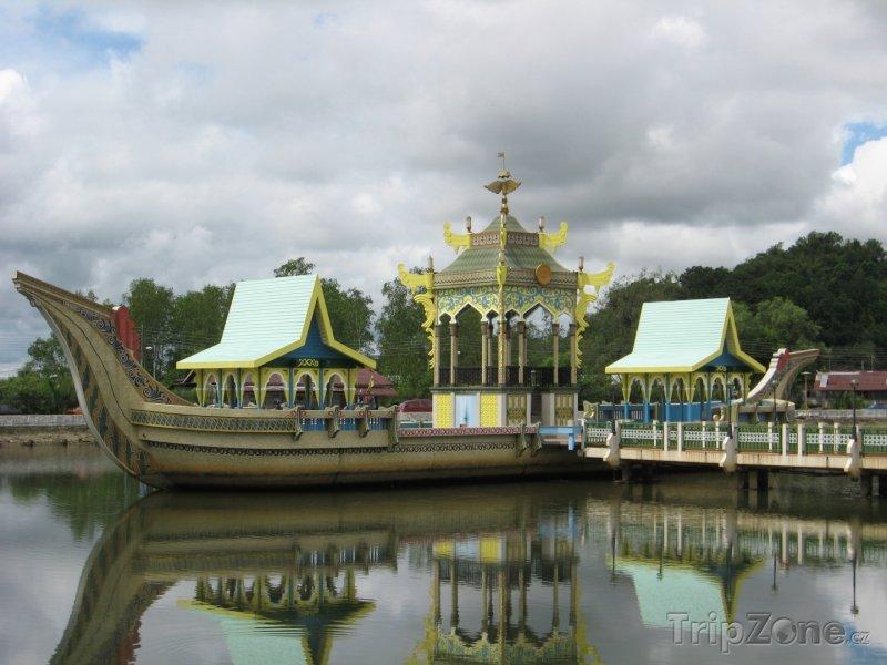 Fotka, Foto Obřadní loď v Bandar Seri Begawanu (Brunej)