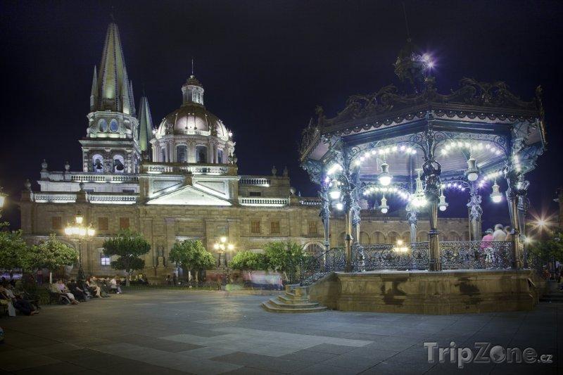 Fotka, Foto Osvětlený kostel ve městě Guadalajara (Mexiko)