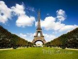 Pohled na Eiffelovu věž z parku