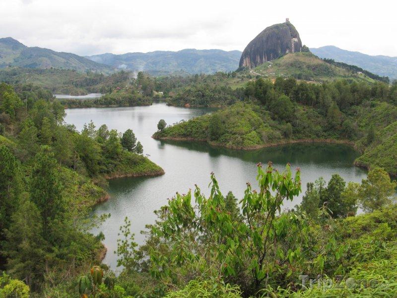 Fotka, Foto Řeka a skála u města Guatape (Kolumbie)
