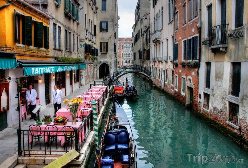 Fotka, Foto Restaurace u kanálu v Benátkách (Itálie)