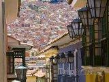 Ulička mezi domy v La Paz