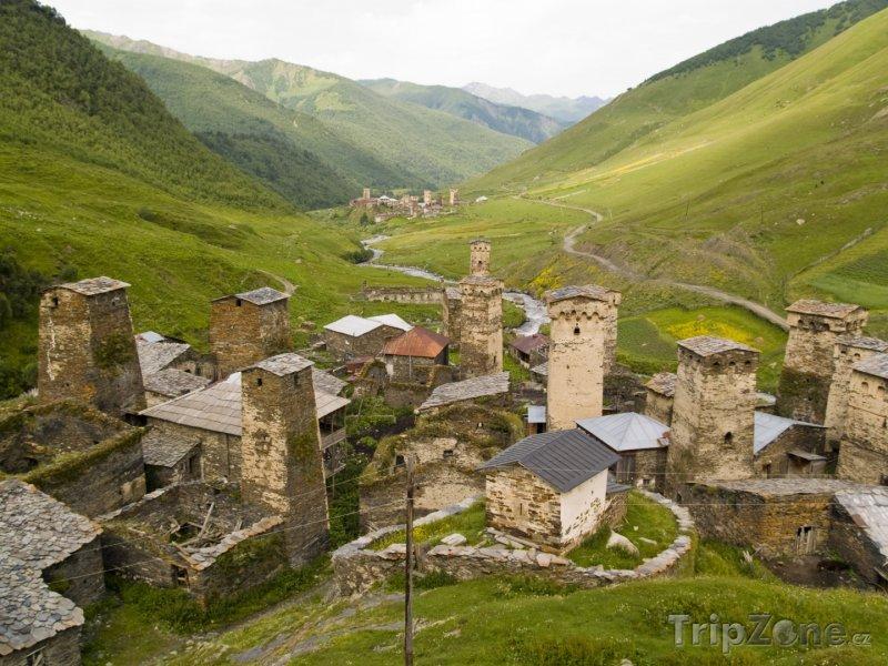 Fotka, Foto Vesnice Ušguli na úpatí hory Šchary (Gruzie)