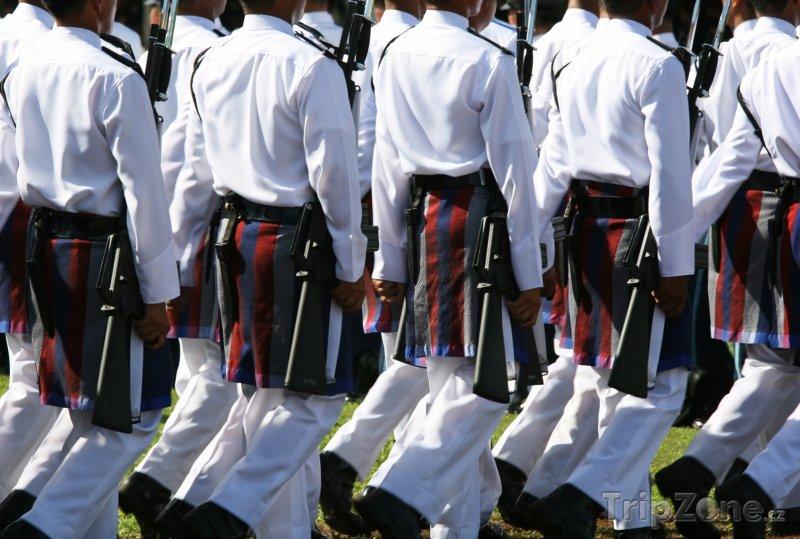 Fotka, Foto Vojáci při oslavě sultánových narozenin (Brunej)