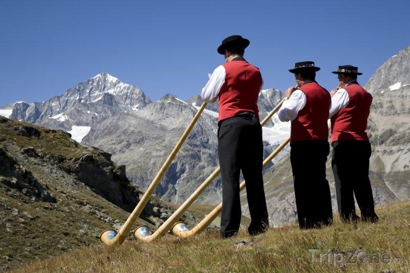 Fotka, Foto Alpy, trubači na alpské rohy (Švýcarsko)