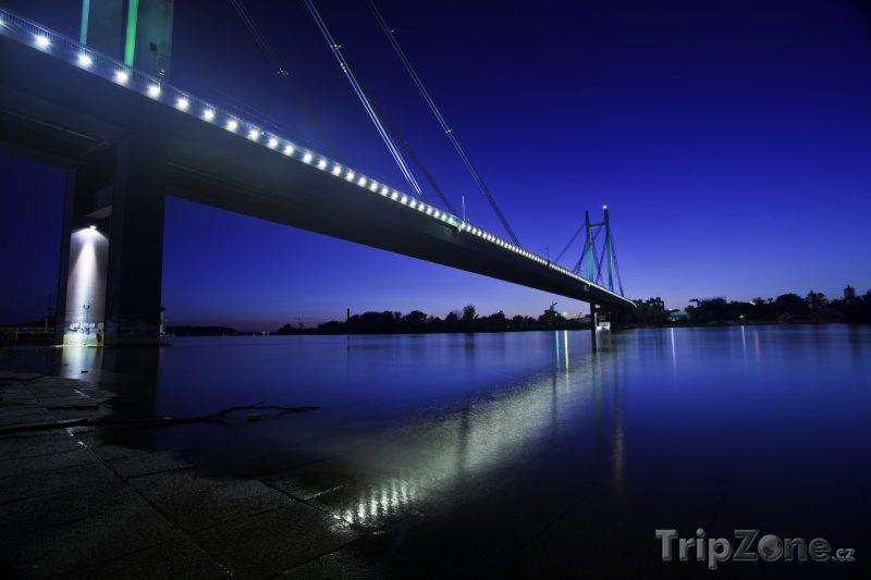 Fotka, Foto Bělehrad_Nový železniční kost v noci (Srbsko)