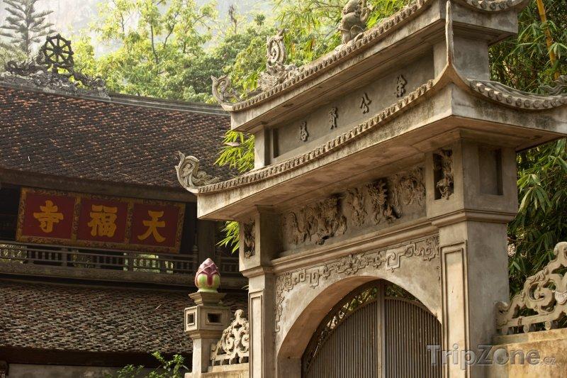 Fotka, Foto Brána do jednoho z mnoha chrámů (Hanoj, Vietnam)