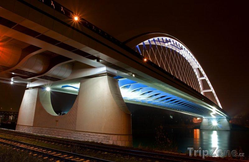 Fotka, Foto Bratislavský most Apollo v noci (Slovensko)