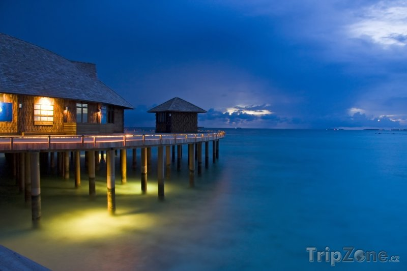 Fotka, Foto Bungalovy v noci (Maledivy)