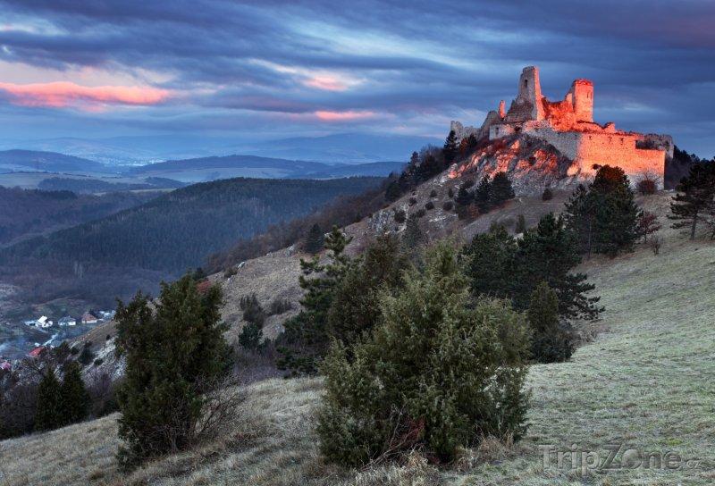 Fotka, Foto Čachtický hrad v západu slunce (Slovensko)