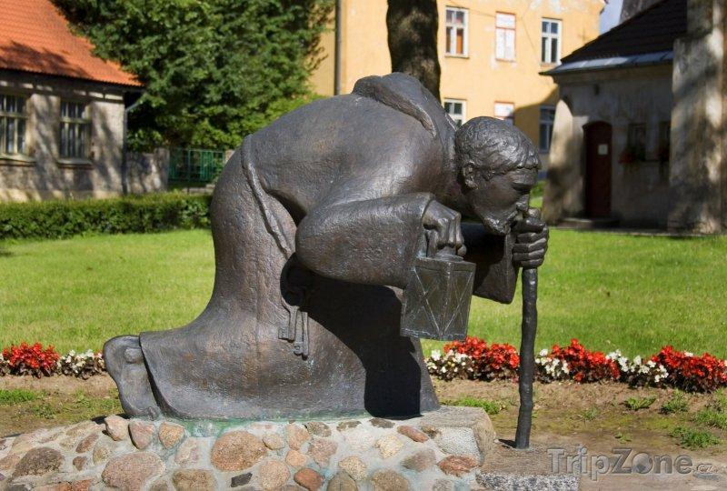 Fotka, Foto Cesis, slavná socha muže s lucernou (Lotyšsko)