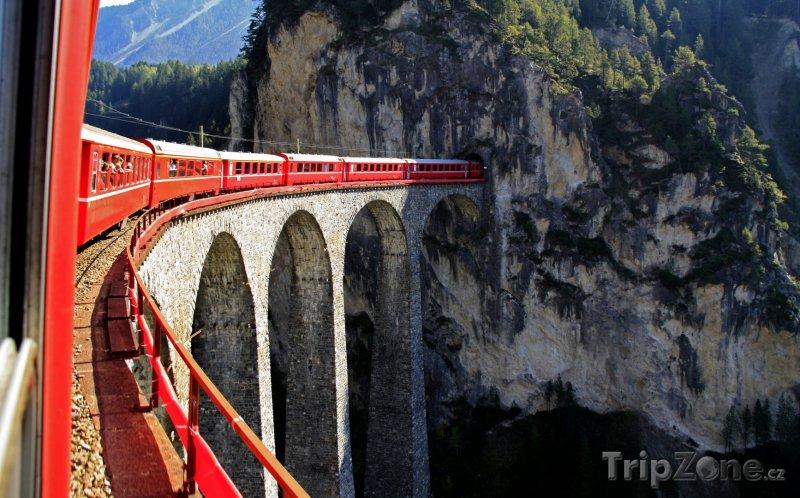 Fotka, Foto Glacier Express na viaduktu u Filisur (Švýcarsko)