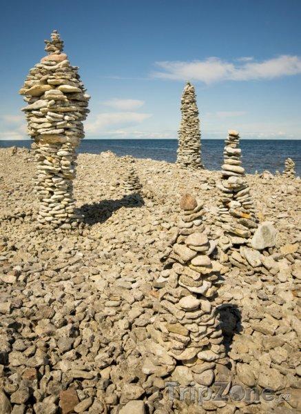 Fotka, Foto Gotland, sochy z kamenů na pláži (Švédsko)